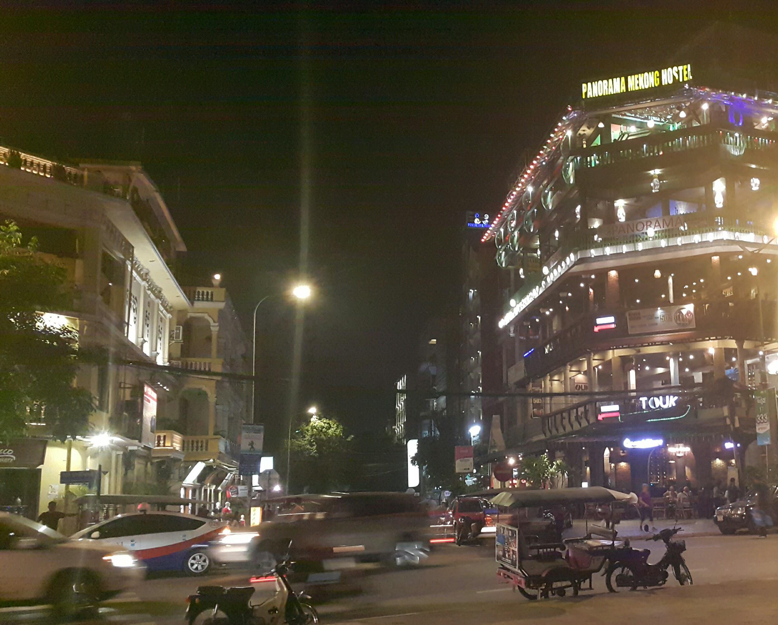 Modern Tarzda Otel, Motel ve Restoranların Olduğu Nehir Kıyısı