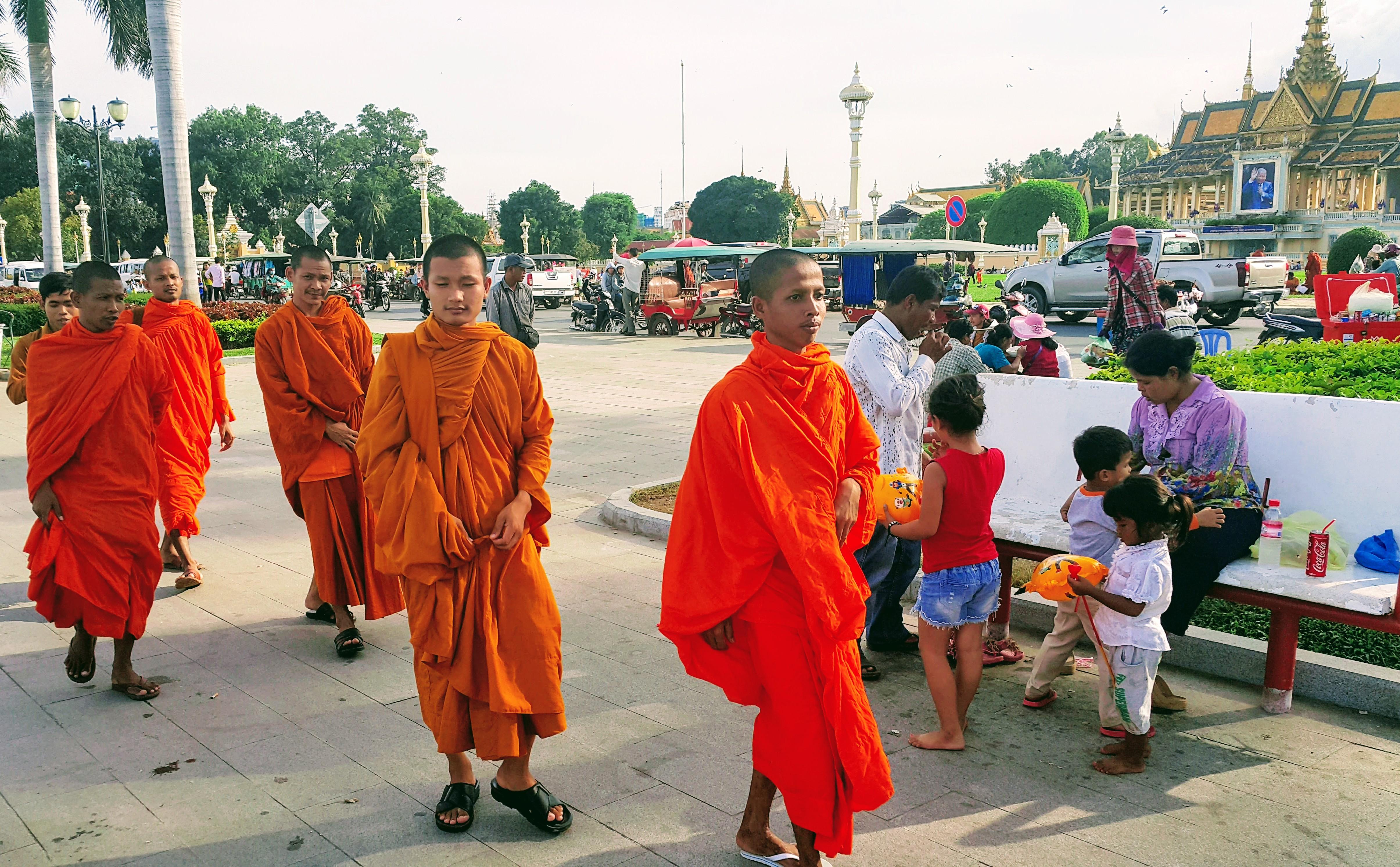 Kraliyet Sarayı Parkı'nda Yürüyen Budist Rahip Öğrencileri