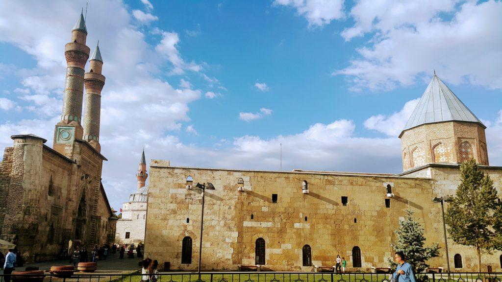 Sağda Şifaiye Medresesi, Solda Çifte Minare, Geride Kale Cami