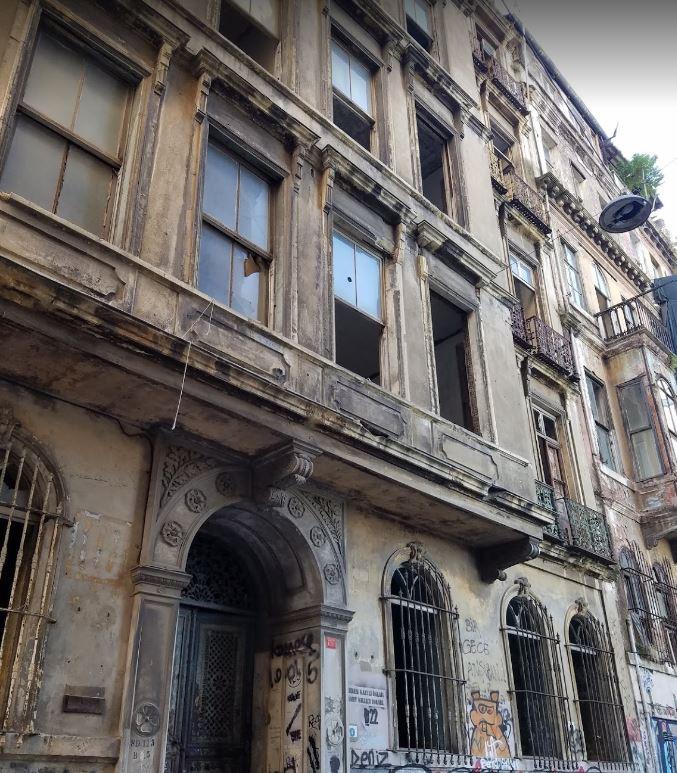 Kaderine terk edilmiş bir görüntü veren, Kamondo Apartmanı
